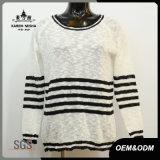 女性の標準的な白黒縞はセーターを編んだ