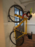 Cremalheira vertical fixada na parede do estacionamento da bicicleta