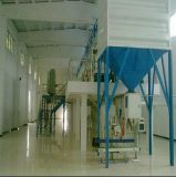 コンベヤーおよびヒートシール機械を持つ乾燥された小さいエビの袋詰め作業者