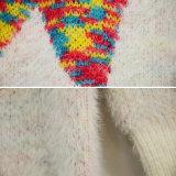 女性の電光によって模造される着色された編まれたセーター