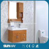 Mobilia fissata al muro della stanza da bagno di legno solido con lo specchio