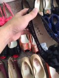 La donna calza il buon prezzo dei pattini di riserva
