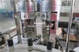 Enchimento e rolo do perfume na máquina tampando do engarrafamento