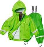 Il bambino dei ragazzi dei bambini riflettenti scherza il cappotto di pioggia dell'unità di elaborazione degli impermeabili