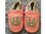 어린 소녀의 아이의 가득 차있는 가죽 신발