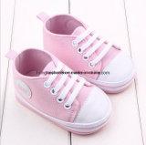 ピンクによっては開花する赤ん坊のサンダル(靴)が