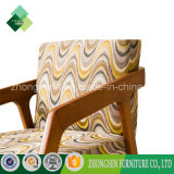 ArmrestのChaiseの居間の椅子が付いている装飾された純木