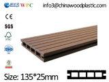 Decking composé en plastique en bois de vente chaude, Decking creux de WPC, 135 X.25 millimètre