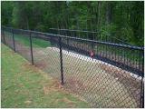 Загородка звена цепи с проводом бритвы на верхней части