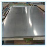 Plaque avec la vaisselle de cuisine d'acier inoxydable