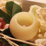 Flor cinzelada em volta da vela Flameless do diodo emissor de luz da vela com cera real