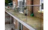 ステンレス鋼とのガラス柵デザイン