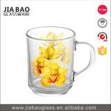 Taza de cristal de la etiqueta colorida de la flor con la maneta