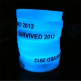 Incandescenza personalizzata nel braccialetto scuro del silicone