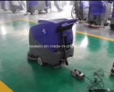 Caminata con pilas detrás de la máquina del depurador del suelo