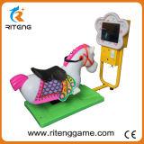 Os miúdos internos montam a máquina louca da corrida de cavalos 3D