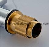 Mezclador sanitario del fregadero de cocina de las mercancías de la maneta del cromo de cobre amarillo doble caliente del eslabón giratorio