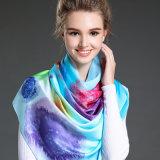 O lenço longo tingido mulher no inverno