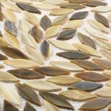 葉形の灰色の台所床タイルの部分のステンドグラスのモザイク
