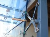 Fixação da aranha de 4 mãos para a parede de cortina de vidro