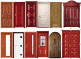 正面玄関のアーチ形にされた木のドア