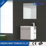 Шкаф ванной комнаты просто конструкции установленный стеной пластичный с зеркалом