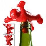 Счастливая штанга новизны человека оборудует штепсельную вилку бутылки затвора вина