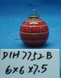 Albero di Natale dipinto a mano che appende intorno alla sfera di ceramica