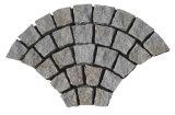 Cubi grigi del granito dei lastricatori cinesi a forma di ventaglio del passaggio pedonale con la maglia