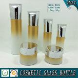 贅沢で装飾的な空のガラスローションのびんおよび化粧品のクリーム色の瓶