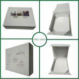Картонная коробка перевозкы груза белого цвета складная