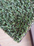 Decorazione esterna dell'interno di cerimonia nuziale che mette erba artificiale