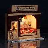 Família de madeira educacional da casa de boneca da forma nova