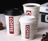 Горячая кофейная чашка выпивая чашки устранимая