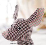 Игрушка кенгуруа плюша сделанная ткани шотландки