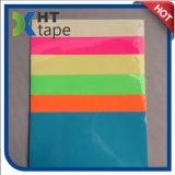 Resplandor en la cinta adhesiva oscura del PVC