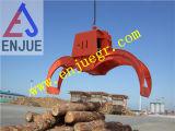 A madeira hidráulica luta a garra hidráulica da madeira