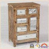 Gabinete de armazenamento antigo do espelho com cor da madeira do frame da madeira contínua