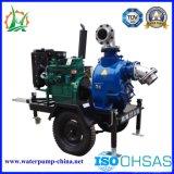 Uno mismo que prepara la bomba del acoplado de las aguas residuales del motor diesel