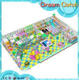 Campo de jogos interno do centro de guarda para crianças