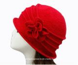 編まれた花の女性教会服のウールのバケツの帽子