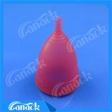 Женщины используют чашку медицинского силикона менструальную