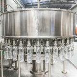 Agua mineral que procesa haciendo la máquina para las botellas plásticas