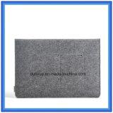 Het jonge Nieuwe Materiaal van het Ontwerp van Gevoelde Laptop van de Inhoud van 70% Wol Koker, de Aangepaste Draagbare Laptop Zak van de Aktentas met het Sluiten van de Knoop