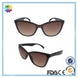 La marque femelle de mode du plot réflectorisé folâtre des lunettes de soleil