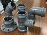 Te del asiduo del grifo y del borde de la instalación de tuberías del PVC dos