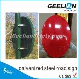 高い明るさの交通標識か交通標識または危険信号のボード