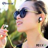 Uma comunicação sem fio e auriculares de Bluetooth do estilo da orelha em mini