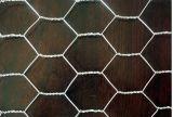電流を通された六角形の金網か金網の網