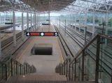 駅の鋼鉄管のトラス